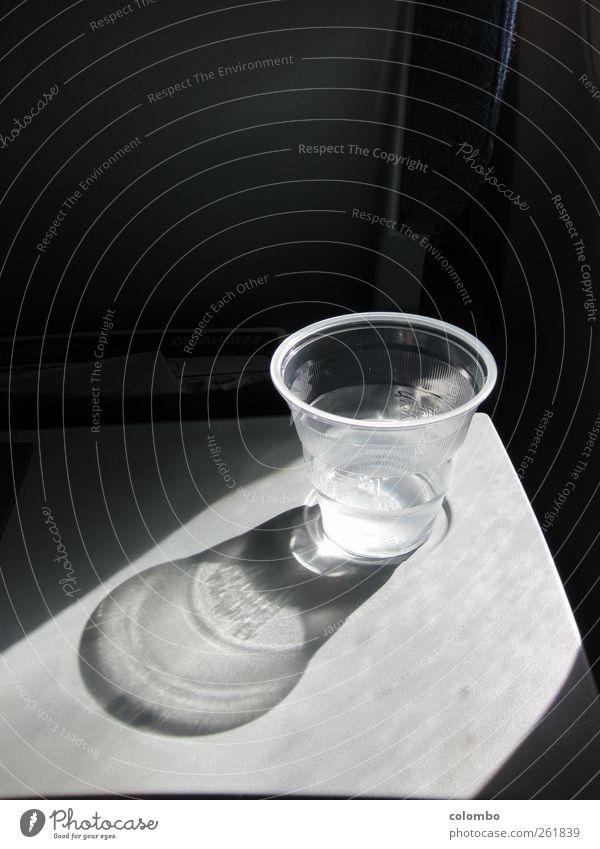 Trinkwasser Wasser Ferien & Urlaub & Reisen Ernährung kalt frisch Luftverkehr Getränk trinken Schönes Wetter Erfrischung Becher Wasserglas im Flugzeug