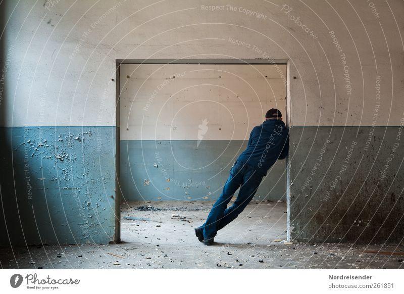 Schieflage Lifestyle Mensch maskulin Mann Erwachsene 1 Ruine Gebäude Architektur Mauer Wand Tür Jeanshose Mütze Linie Kommunizieren stehen dunkel blau weiß