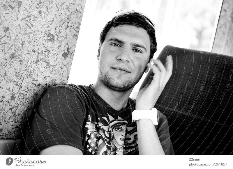 was is? Lifestyle elegant Stil Ausflug maskulin Junger Mann Jugendliche 1 Mensch 18-30 Jahre Erwachsene Verkehr Verkehrsmittel Zugabteil T-Shirt Accessoire