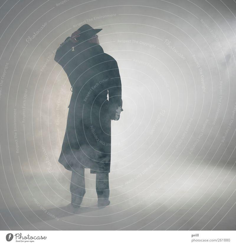 Woman wearing trench coat and standing in fog Mensch Einsamkeit Erwachsene Nebel warten Aktion stehen Körperhaltung beobachten Idylle einzeln einfach geheimnisvoll Vertrauen Hut Gelassenheit