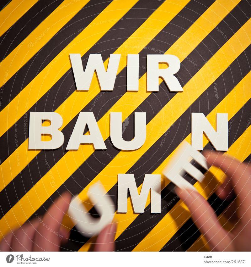 ... in Bearbeitung Hand weiß schwarz gelb Bewegung lustig Design Finger Schriftzeichen Hinweisschild Streifen Baustelle Buchstaben Kreativität Warnhinweis Idee