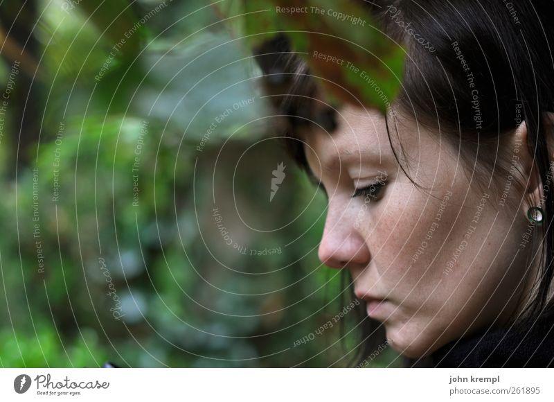 Lothlórien feminin Junge Frau Jugendliche 1 Mensch 18-30 Jahre Erwachsene Regen Baum Denken grün Verantwortung Vorsicht ruhig Selbstbeherrschung Trauer Tod