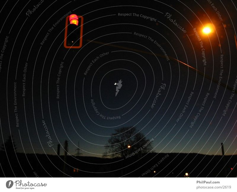 Rote Ampel und Mondsichel Himmel blau rot dunkel Verkehrszeichen
