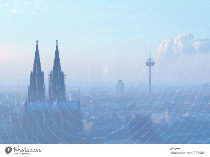 Ein Hauch von Köln Himmel alt blau Stadt Haus Architektur Gebäude Hochhaus Kirche authentisch Turm Bauwerk Schönes Wetter Skyline Rauch Wahrzeichen