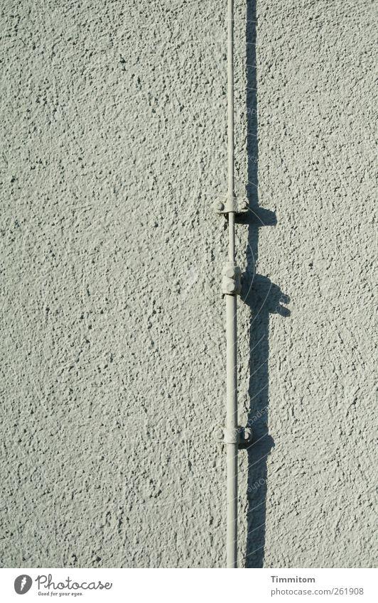 Die Geschichte, die ich mit diesem Bild erzählen wollte... Haus Wand grau Mauer Metall ästhetisch Sicherheit Coolness einfach fest Kontrolle Blitzableiter
