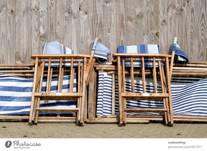 tenby stripe Lifestyle Wellness Erholung Ferien & Urlaub & Reisen Sommer Sommerurlaub Holz blau weiß Solidarität stagnierend Tradition Zusammenhalt Klappstuhl