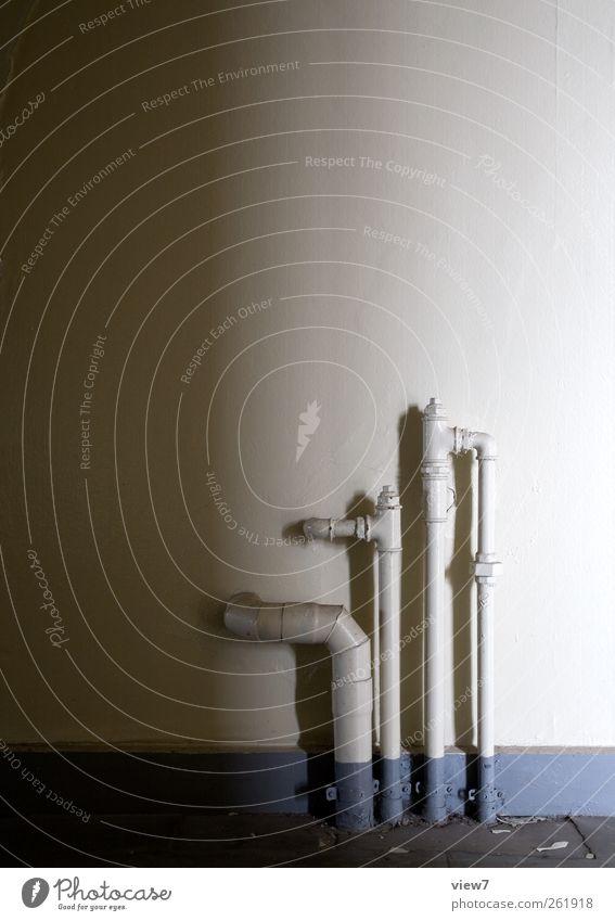 rohr und röhrchen alt Einsamkeit Ferne Wand Stein Mauer Metall Stimmung Linie Innenarchitektur Raum Beton Ordnung authentisch Häusliches Leben trist
