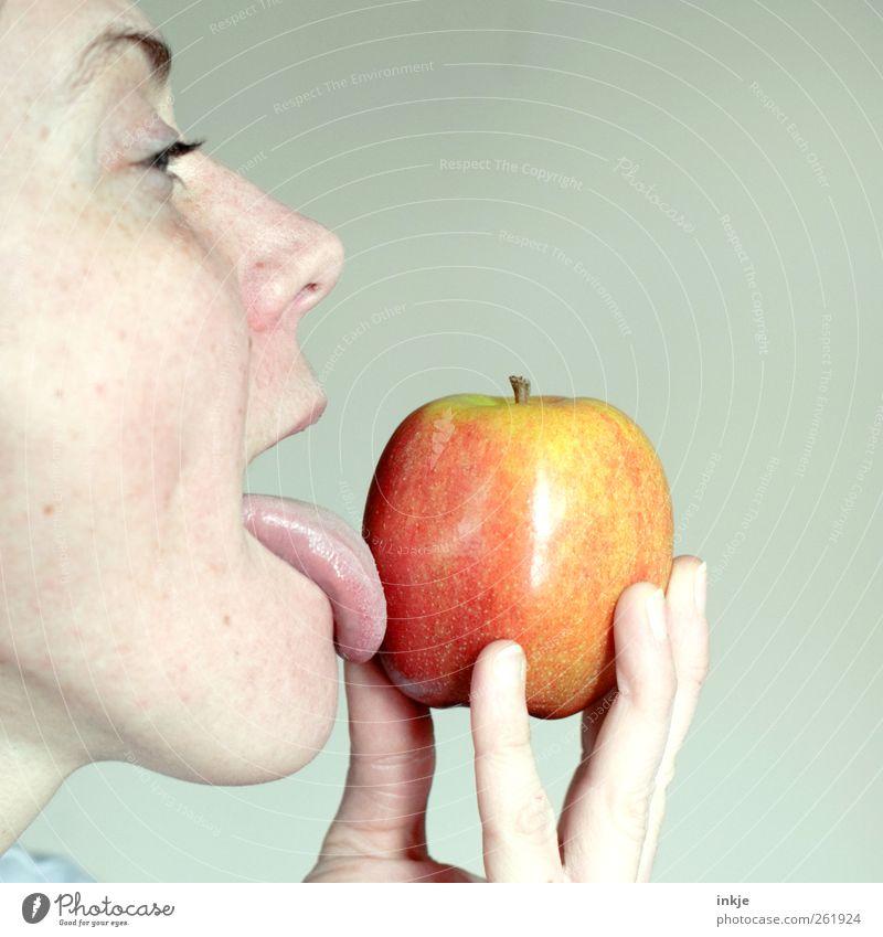 Apfel- lecker! Mensch Frau Erwachsene Gesicht Leben Gefühle Essen Gesundheit Stimmung Lebensmittel frisch Ernährung festhalten Apfel genießen Appetit & Hunger