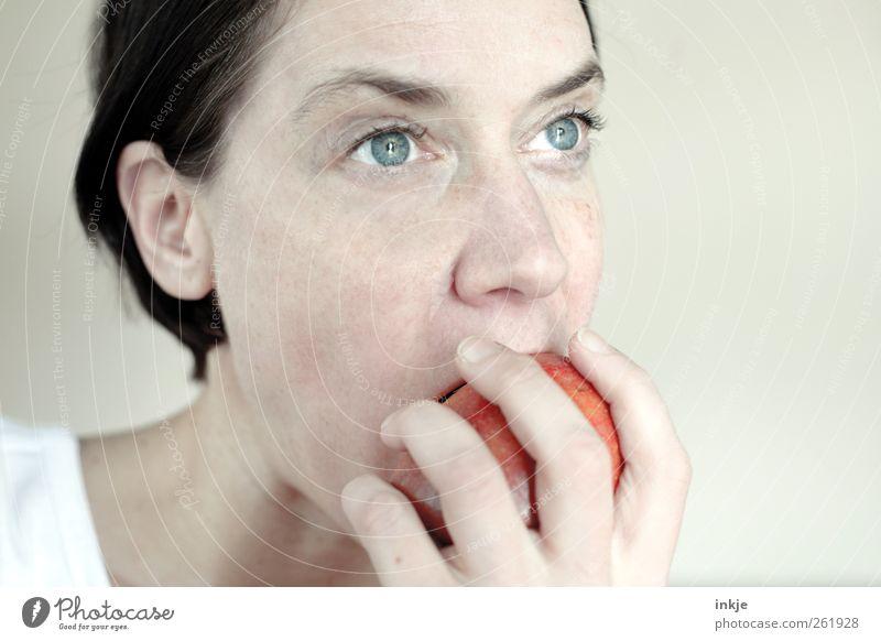 Apfel mjamjam Mensch Frau Hand Erwachsene Gesicht Leben Gefühle Essen Gesundheit Stimmung Frucht Lebensmittel frisch Ernährung festhalten Apfel