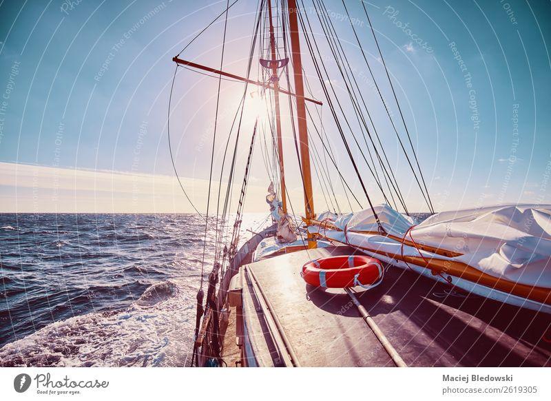 Gegen die Sonne segeln. Lifestyle Ferien & Urlaub & Reisen Abenteuer Freiheit Kreuzfahrt Meer Segeln Himmel Horizont Unwetter Wind Verkehr Segelboot