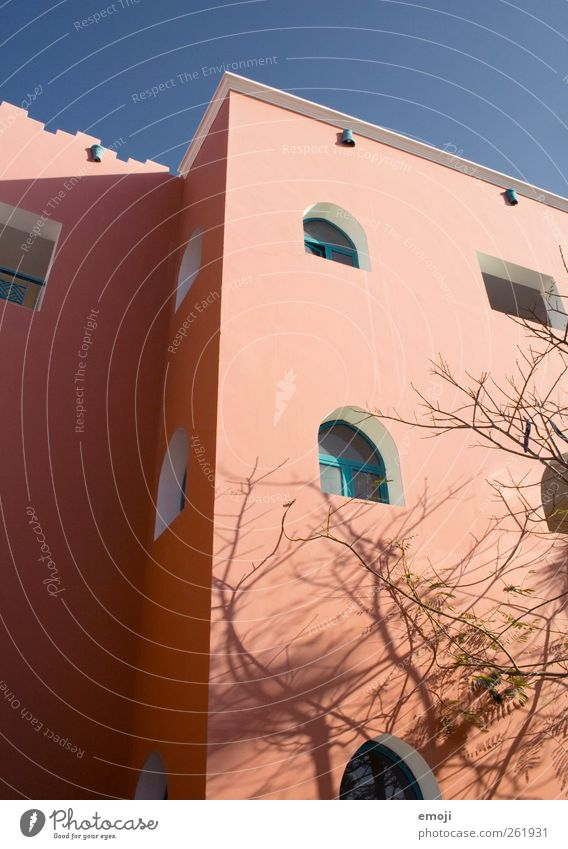 mediterran Haus Bauwerk Gebäude Mauer Wand Fassade Fenster Wärme orange Farbfoto Außenaufnahme Menschenleer Tag Licht Schatten Sonnenlicht Froschperspektive