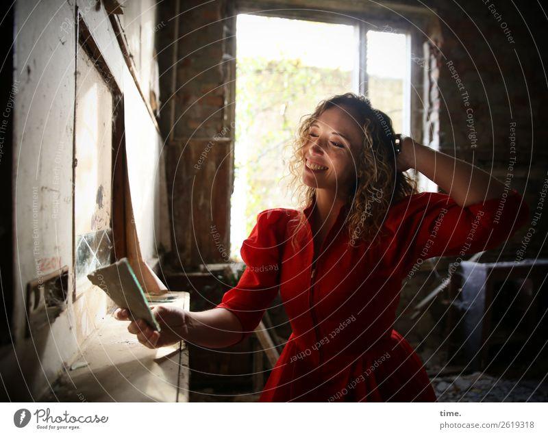 Martina elegant Freude schön Renovieren feminin Frau Erwachsene 1 Mensch Ruine Gebäude Fenster Kleid blond langhaarig Locken Spiegel beobachten festhalten