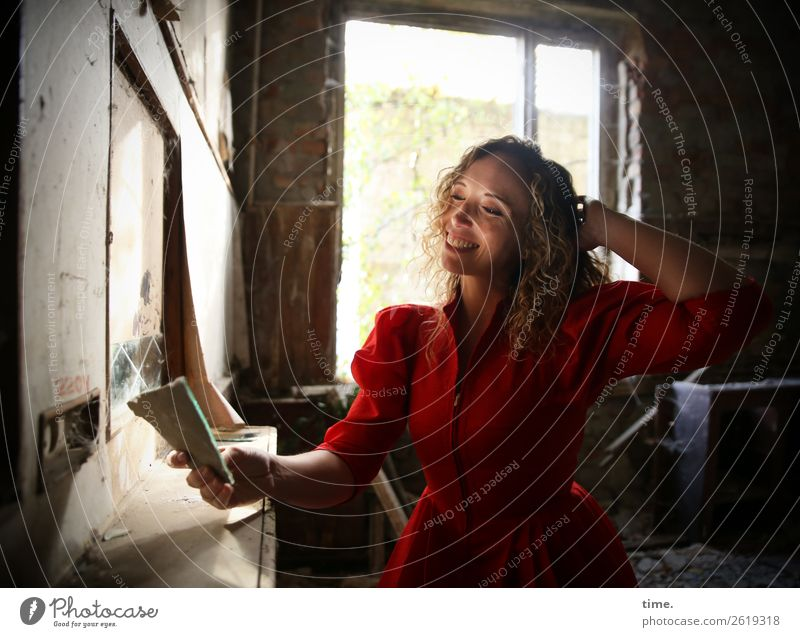 Martina Frau Mensch schön Freude Fenster Erwachsene Leben feminin lachen Gebäude elegant blond Lächeln Fröhlichkeit Lebensfreude beobachten