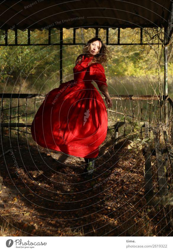 Die Tänzerin feminin Frau Erwachsene 1 Mensch Schönes Wetter Wald Bauwerk Gartenhaus Kleid blond langhaarig Locken drehen Blick Tanzen authentisch schön