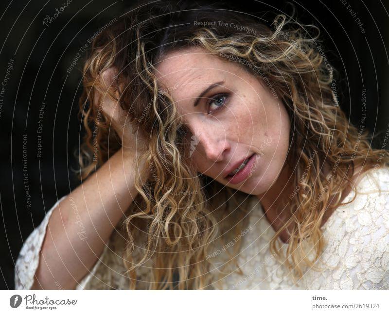 Martina Frau Mensch schön ruhig Erwachsene feminin Zeit Denken Zufriedenheit wild blond beobachten Neugier festhalten Kleid Gelassenheit