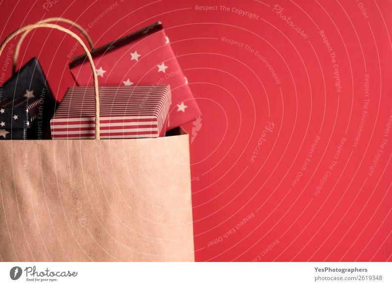 Papiertasche voller schwarzer und roter Geschenke Winter Feste & Feiern Valentinstag Muttertag Weihnachten & Advent Silvester u. Neujahr Geburtstag Kasten