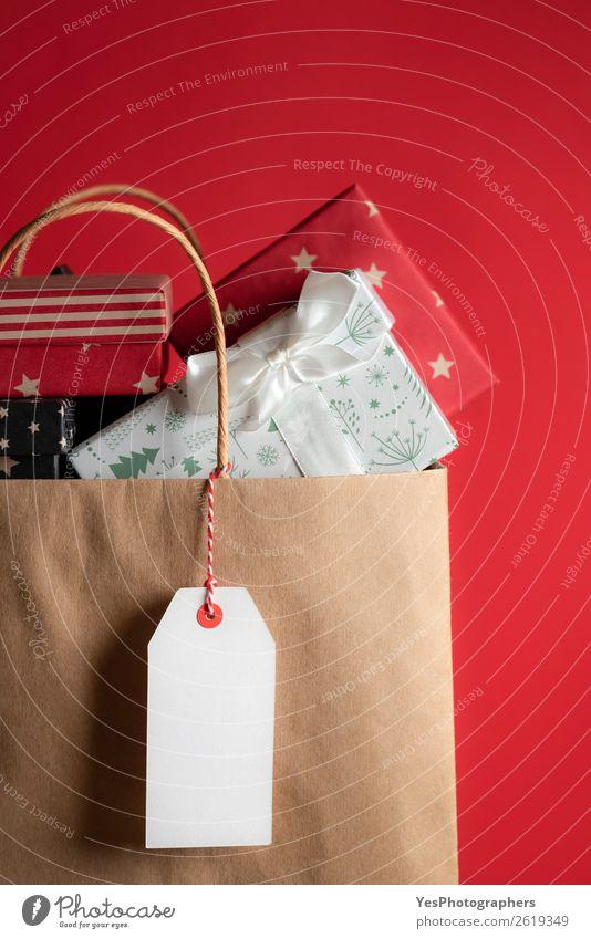 Einkaufstasche voller Geschenke Winter Weihnachten & Advent Silvester u. Neujahr Geburtstag rot Jahrestag Hintergrund blanko farbenfroh Kontext Textfreiraum