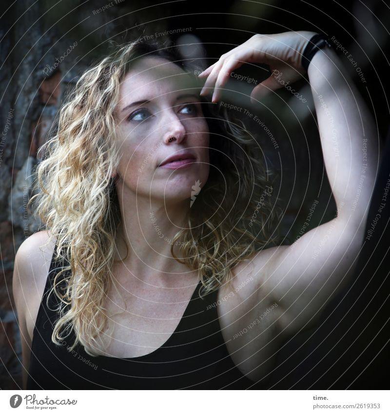Martina feminin Frau Erwachsene 1 Mensch Ruine lost places T-Shirt blond langhaarig Locken beobachten Blick schön selbstbewußt Coolness Wachsamkeit Gelassenheit