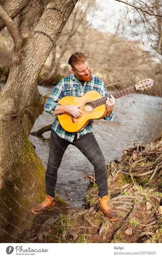 Rothaariger Mann Freizeit & Hobby Spielen Entertainment Musik Mensch Erwachsene Musiker Gitarre Natur Fluss rothaarig Oberlippenbart Coolness trendy niedlich