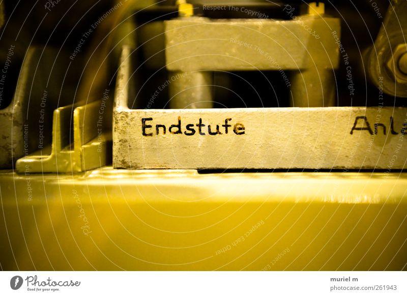AM ENDE Metall Gold Stahl Zeichen Schriftzeichen Ziffern & Zahlen Schilder & Markierungen Hinweisschild Warnschild Graffiti hören retro Farbfoto Innenaufnahme