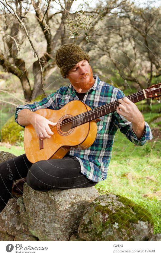 Hipster Mann mit Rotbart Freizeit & Hobby Spielen Entertainment Musik Mensch Erwachsene Musiker Gitarre Natur rothaarig Oberlippenbart Coolness trendy niedlich