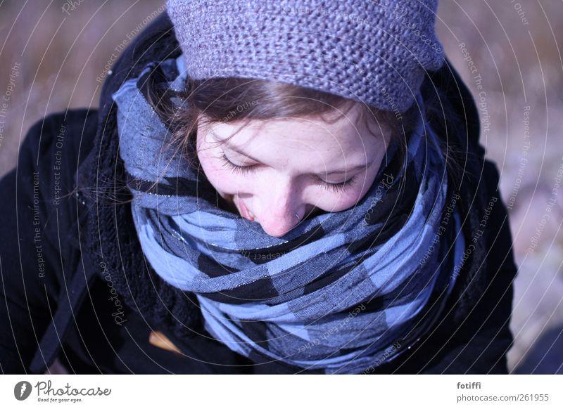 schau, wie sie lächelt! Mensch Jugendliche blau schön ruhig Erwachsene kalt feminin Freiheit Glück Kopf Mode Junge Frau Zufriedenheit 18-30 Jahre Hoffnung