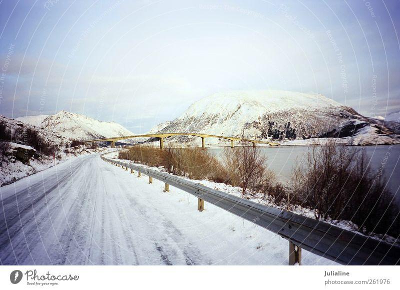 Winterlandschaft mit Brücke zwischen den Inseln in Norw Meer Schnee Berge u. Gebirge Landschaft Fluss Straße trist Konstruktion Kälte Norwegen Skandinavien