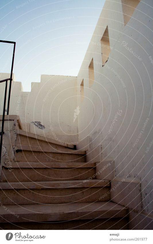 treppauf I Menschenleer Haus Traumhaus Bauwerk Gebäude Architektur Mauer Wand Treppe Fassade Stadt mediterran Farbfoto Außenaufnahme Textfreiraum oben Morgen