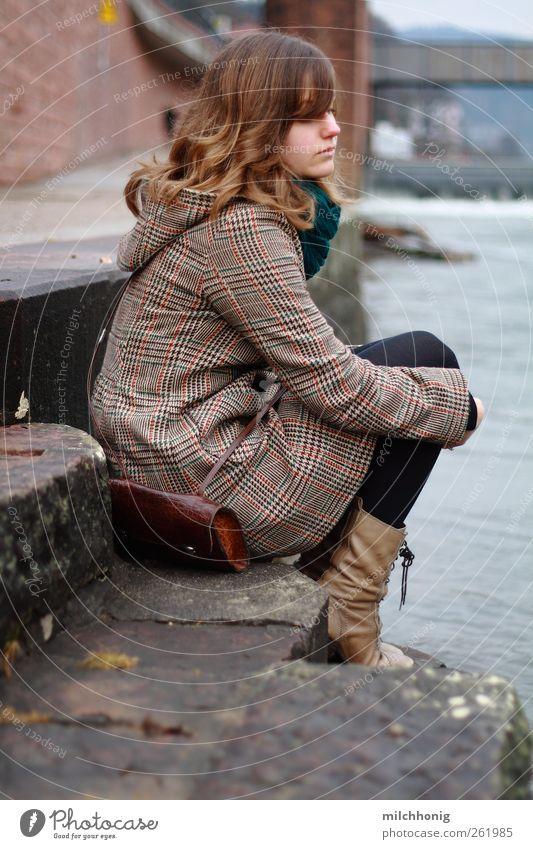 unten am fluss feminin Junge Frau Jugendliche 1 Mensch 18-30 Jahre Erwachsene Moos Fluss Mauer Wand Treppe Mantel Schal Stiefel blond langhaarig sitzen schön