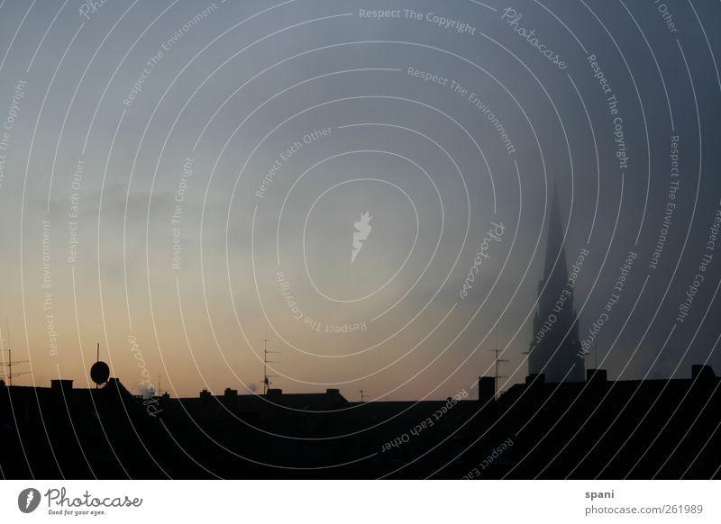 Der Tag beginnt Himmel Nebel Kirche Bauwerk Gebäude Dach Schornstein Antenne Satellitenantenne Dunst Sonnenaufgang Stadt Dämmerung ruhig Vorsicht schön Farbfoto