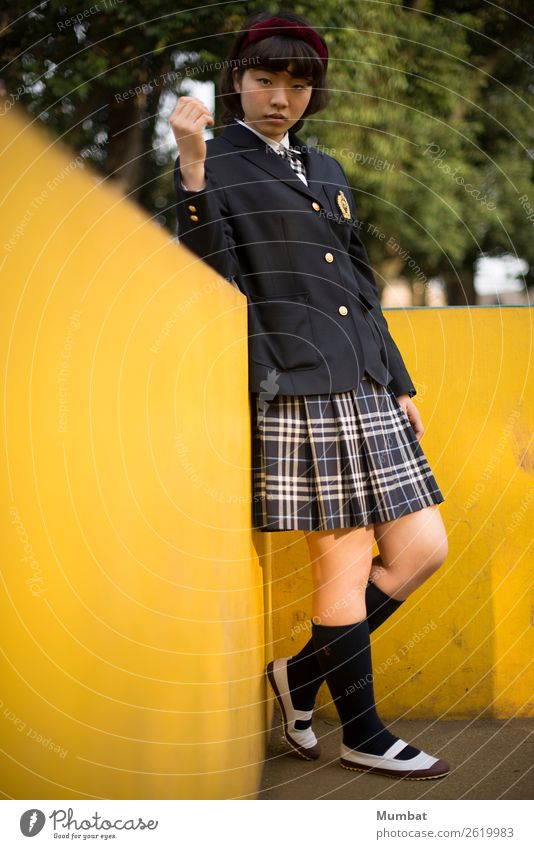 Mensch Jugendliche Junge Frau Erholung 18-30 Jahre Erwachsene gelb Wand feminin Mauer Schule retro Schuhe stehen lernen niedlich