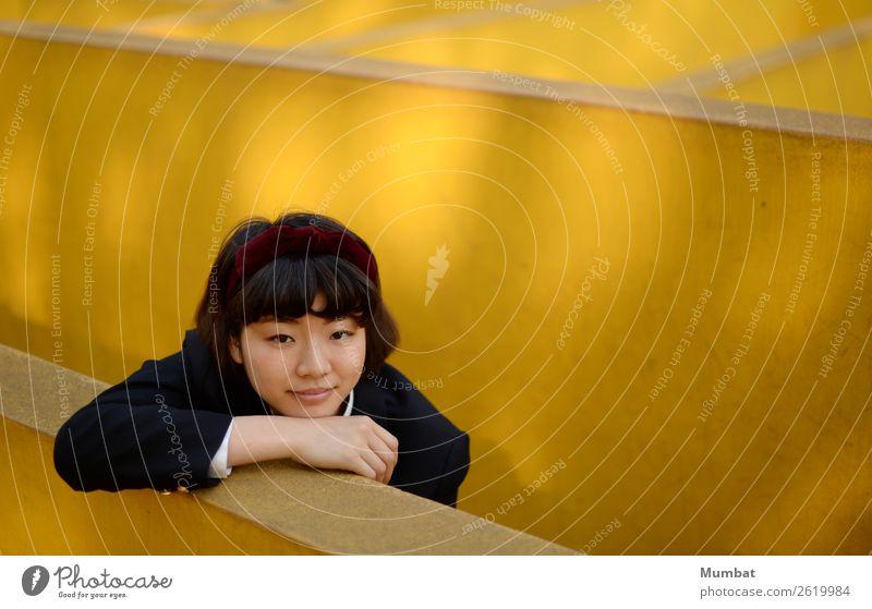 mein gelber Spielplatz II lernen Schüler Mensch feminin Junge Frau Jugendliche 1 18-30 Jahre Erwachsene Mauer Wand Schüleruniform Kopftuch schwarzhaarig Beton