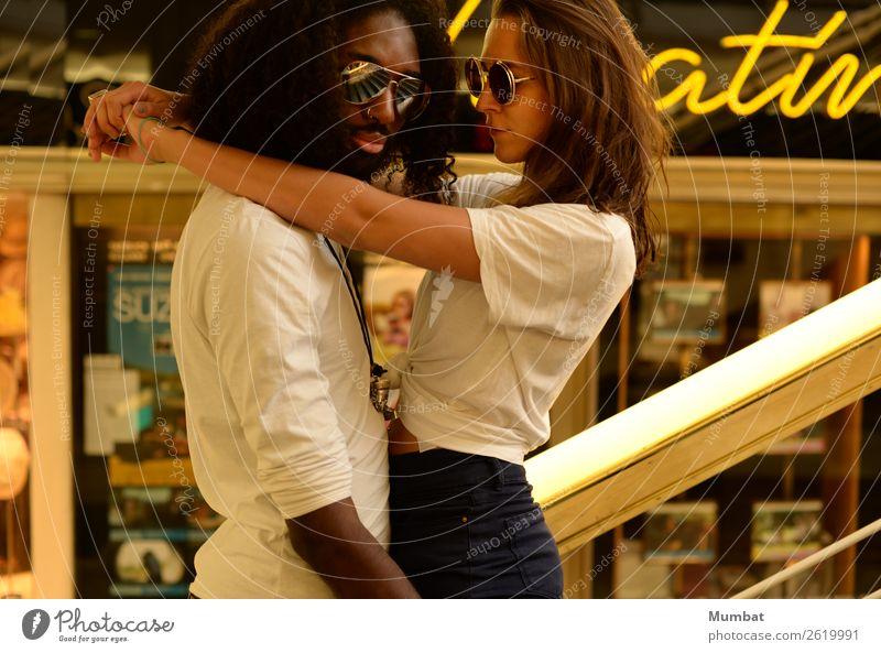 Theatiner Stil Mensch maskulin feminin Junge Frau Jugendliche Junger Mann Paar 2 18-30 Jahre Erwachsene Kino Fenster T-Shirt Sonnenbrille schwarzhaarig brünett
