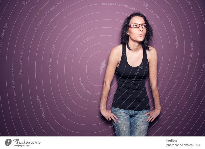 #262004 Lifestyle schön Leben Wohlgefühl Junge Frau Jugendliche T-Shirt Jeanshose Brille schwarzhaarig Erholung Küssen Lächeln frech frei Freundlichkeit trendy