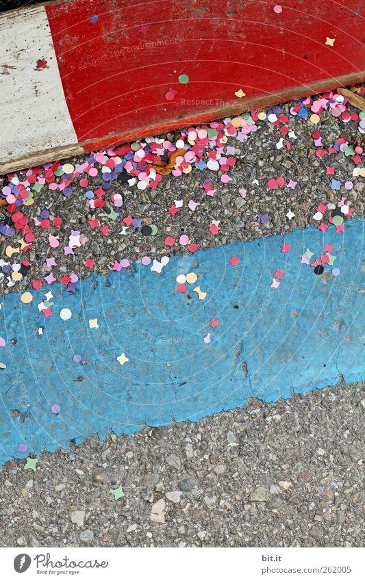 Rosenmontag... Party Feste & Feiern Karneval Platz Straße Wege & Pfade Stein Holz Zeichen Schilder & Markierungen Linie Streifen liegen unten Stadt blau
