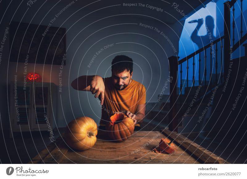 Mann schneidet Halloween Kürbis Lifestyle Freude Glück Gesicht Freizeit & Hobby Dekoration & Verzierung Küche Feste & Feiern Erwachsene Familie & Verwandtschaft