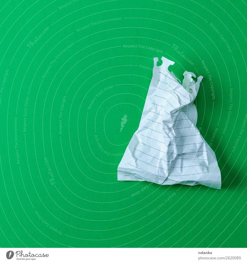 faltiges weißes Blatt, das von einem Notizblock auf grünem Hintergrund gerissen wurde. Büro Papier Farbe Idee Stress zerknittert Page Schriftstück Schot Müll