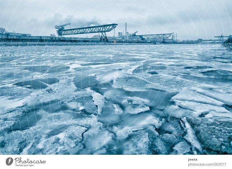 Zwangspause Wasser Winter schlechtes Wetter Eis Frost Flussufer Hafenstadt Menschenleer Binnenschifffahrt dunkel groß kalt blau weiß Eisscholle Eisschicht