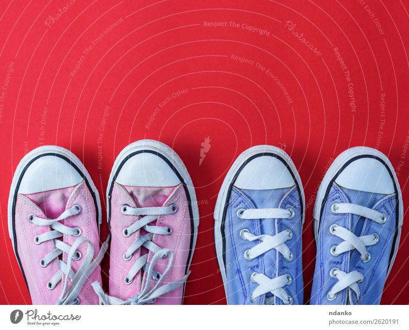 zwei Paar getragene Textilsneakers mit weißen Schnürsenkeln Lifestyle Stil Design Sport Joggen Fuß 2 Mensch Mode Bekleidung Schuhe Turnschuh alt Fitness dreckig