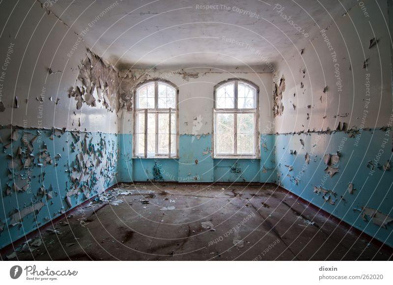 Leerstand [1] Menschenleer Haus Bauwerk Gebäude Architektur Sanatorium Mauer Wand Fenster alt authentisch kaputt trashig Stadt blau weiß Verfall Vergangenheit