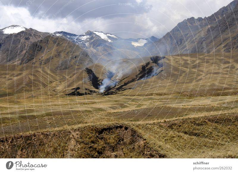 Kippe weggeschmissen? Natur Wolken Umwelt Landschaft Berge u. Gebirge Felsen Brand Hügel trocken Gipfel Rauch brennen Zerstörung kahl Schneebedeckte Gipfel