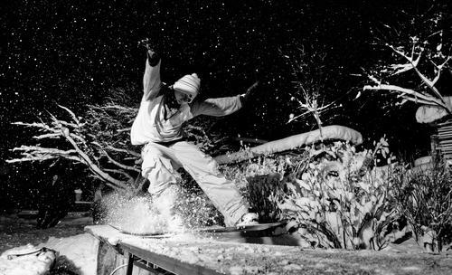night session I Himmel Natur Jugendliche Baum Junger Mann Winter 18-30 Jahre dunkel Erwachsene Stil Sport Schneefall maskulin elegant Aktion ästhetisch