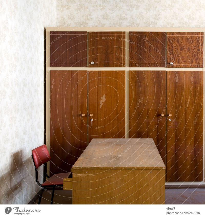 Arbeitsplatz analog alt Ferne Holz Stein Büro Innenarchitektur Raum Ordnung Tisch authentisch Häusliches Leben Wandel & Veränderung trist Stuhl Vergänglichkeit rein