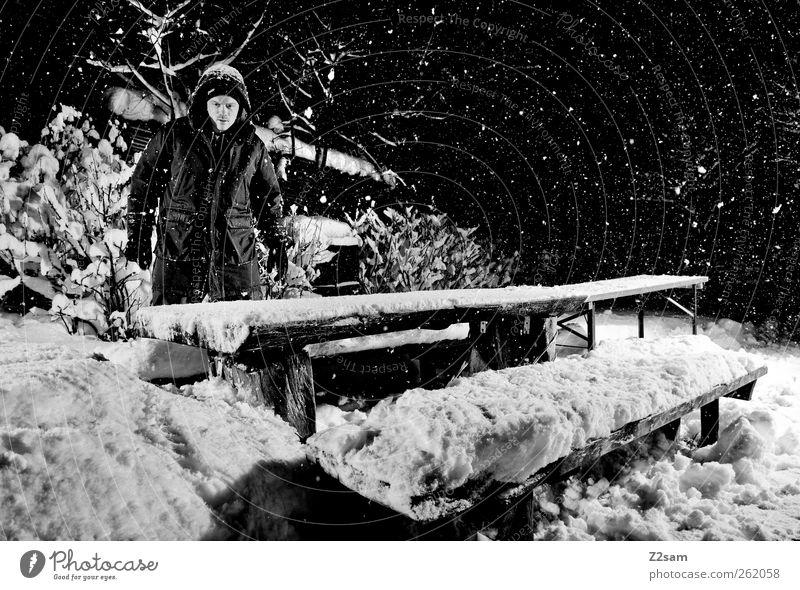 schneemann Winter Schnee Winterurlaub maskulin Junger Mann Jugendliche 18-30 Jahre Erwachsene Umwelt Natur Landschaft Nachthimmel Stern Sträucher Jacke stehen