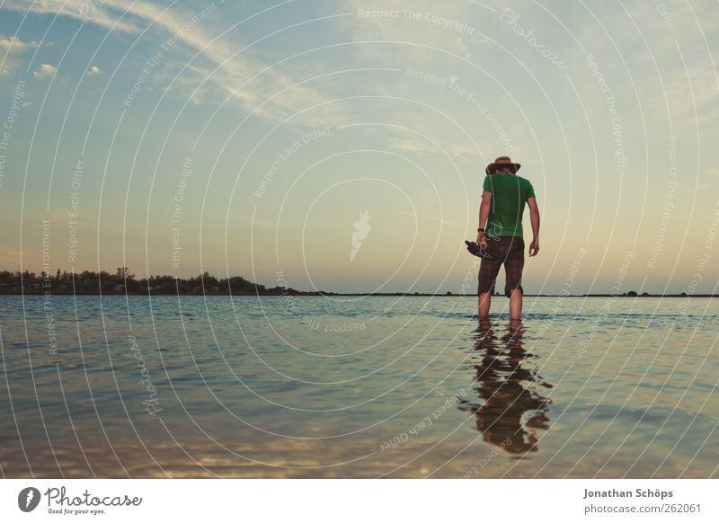 Mann mit Hut steht im flachen Wasser am Strand Ferien & Urlaub & Reisen Ausflug Abenteuer Ferne Freiheit Sommer Sommerurlaub Meer Mensch maskulin Junger Mann