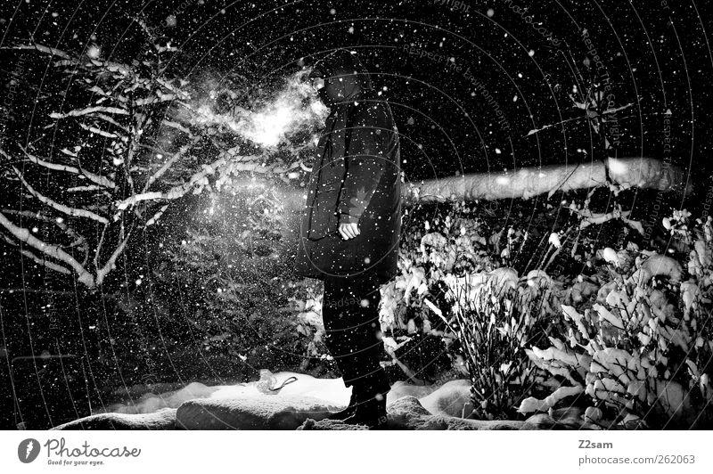 dark night maskulin Junger Mann Jugendliche 18-30 Jahre Erwachsene Umwelt Natur Landschaft Nachthimmel Stern Winter Schnee Schneefall Jacke Stiefel atmen stehen