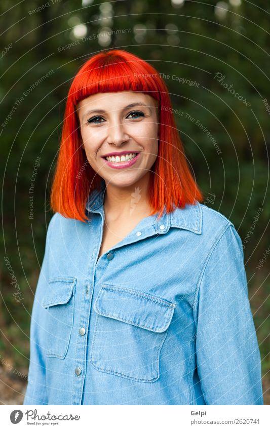 Lässiges rothaariges Mädchen Lifestyle Stil Freude Glück schön Gesicht Mensch Frau Erwachsene Natur Park Wald Mode Bekleidung Hemd Lächeln Coolness Erotik