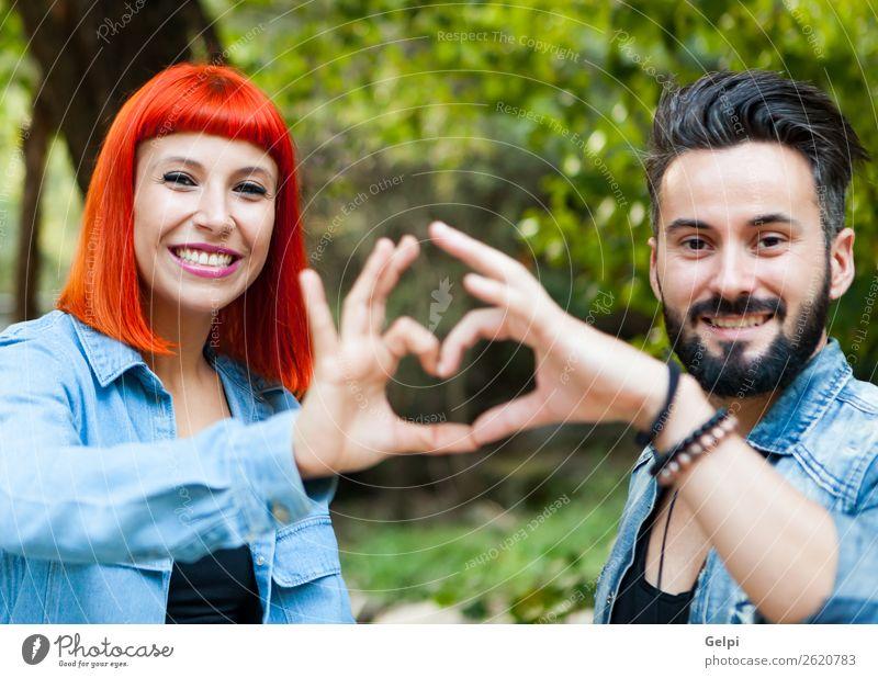 junges Paar Lifestyle Stil Glück schön Freizeit & Hobby Sommer Frau Erwachsene Mann Familie & Verwandtschaft Hand Natur Landschaft Park Mode Bekleidung Hemd