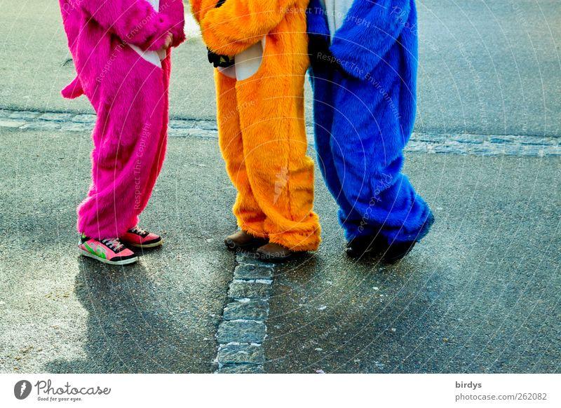 3 Puschels in Wallung Mensch blau Farbe Freude gelb Straße Bewegung lustig Feste & Feiern Stil Beine rosa stehen Fröhlichkeit Kommunizieren Bürgersteig