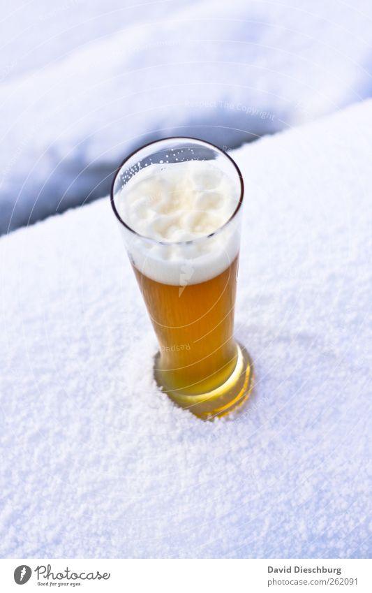 Kühles Blondes Ernährung Getränk Erfrischungsgetränk Alkohol Bier Glas Winter Schnee gelb weiß Bierglas Weizenbier Durstlöscher Schaum kalt gekühlt lecker